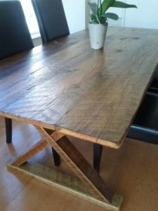 τραπέζι με τάβλες